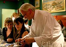 Uno chef francese prepara un truffle.