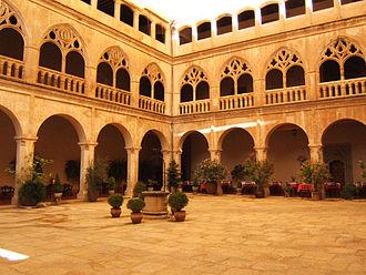 Monastery of Santa María de Guadalupe - Image: Claustro gótico del Real Monasterio de Santa María de Guadalupe