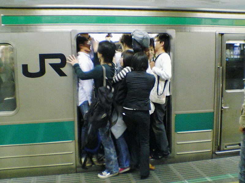 File:Crowded train (160928169).jpg
