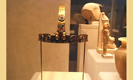A crown from Menhet, Menwi and Merti's tomb. Crown of Thutmose III's 3 foreign wives from Wady Gabbanat el-Qurud.jpg