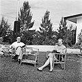 De heer en mevrouw De Greve in hun tuin in Paramaribo, Bestanddeelnr 252-5250.jpg