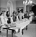De koningin metde kinderen die geschenken voor haar hebben gemaakt. Rechts de vr, Bestanddeelnr 252-3796.jpg