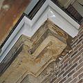 Details van kleurresten op sierlijst onder de dakgoot aan de voorgevel - Delft - 20378232 - RCE.jpg