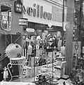 Drukte in de Amsterdamse winkelstraten Overvolle etalage, Bestanddeelnr 915-8076.jpg