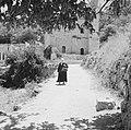 Ein Karem. Straatbeeld weg met op de achtergrond de Heilige Bron met de daaraan, Bestanddeelnr 255-2799.jpg