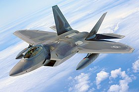 Un F-22 Raptor, appartenente al 154th Wing dell'Hawaii ANG, sorvola Pearl Harbor; 1º luglio 2010.