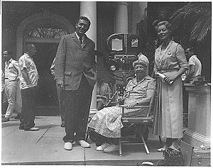 Sunrise at Campobello - (l-r) Ralph Bellamy, Eleanor Roosevelt and Greer Garson at Hyde Park, NY, filming Sunrise at Campobello (1960)
