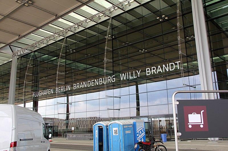 File:Flughafen Willy Brandt (Schönefeld) Eingang.jpg