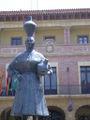 Fraga - Monumento a la dona de faldetes con ayuntamiento al fondo.JPG