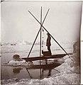Fridtjof Nansen måler dypvannstemperaturen ved hjelp av vannhenteren. (5470712375).jpg