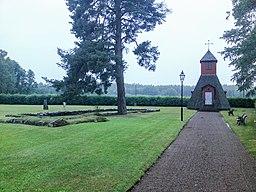 Gårdveda kapeller og grundmuren fra den gamle kirke