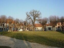 Gélannes place du village.JPG