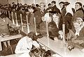 Gneča pred okencem za podaljševanje osebnih izkaznic na občini Center 1962 (3).jpg