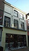foto van Huis met gecementeerde lijstgevel met in de verdieping empire-ramen en in de zolderverdieping ramen in stijl