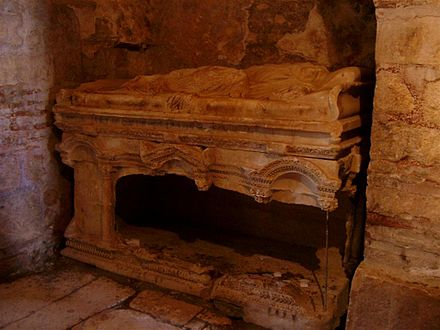 Photograph of the desecrated sarcophagus in the St. Nicholas Church, Demre, where Saint Nicholas's bones were kept before they were removed and taken to Bari in 1087 Grab Nikolaus.jpg