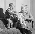 Grootmoeder Klein met kleinkinderen op de bank, Bestanddeelnr 254-4644.jpg