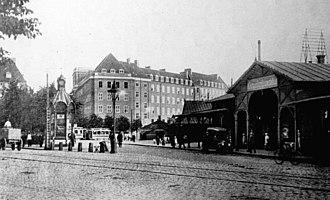 Gyldenløvesgade - The Klampenborg Station with one of A/S Københavns Telefonkiosker's telephone kiosks