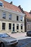 foto van Hoog rechthoekig woonhuis van begane-grond en verdieping onder een zadeldak met het nr 5
