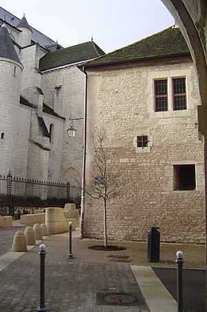 Houses near cathedral Saint-Vincent in Chalon-sur-Saone.jpg