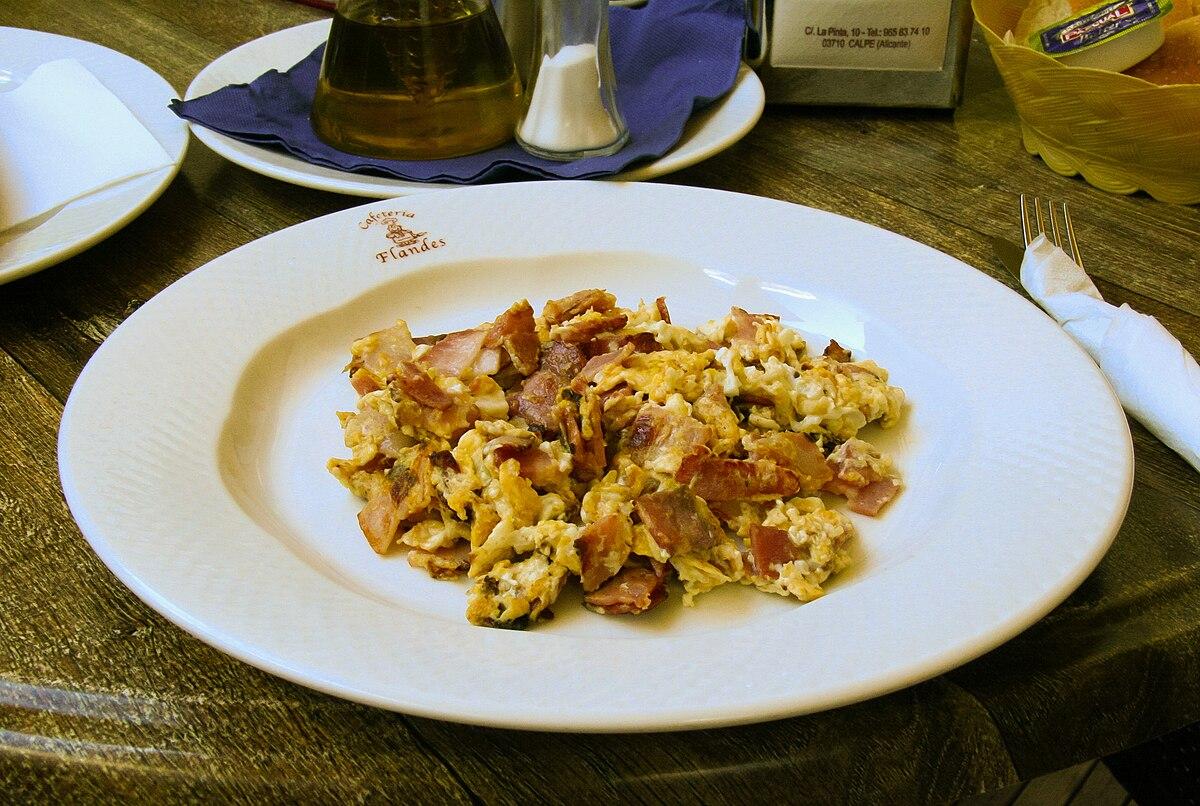 huevo batido cocinado en sarten