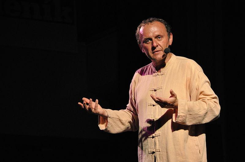 Jaroslav Dušek během představení. Foto: Ben Skála, licence CC-BY-SA-2.5,2.0,1.0, GFDL, Jaroslav Dušek