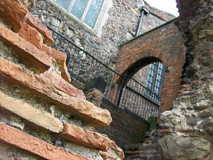 Roman brick - Roman bricks in the Jewry Wall, Leicester. The 20th-century supporting arch in the background utilises modern bricks.
