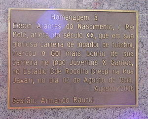 """Estádio Rua Javari - Pelé bust plaque on Rua Javari: """"Homage to Edson Arantes do Nascimento, the King Pelé, Athlete of the 20th Century, who in his glorious soccer player career scored his most beautiful goal in a game between Juventus and Santos at Rodolfo Crespi Stadium in Javari Street, on August 2, 1959."""""""