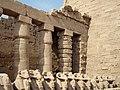 Karnak Tempel Vorhof 03.jpg