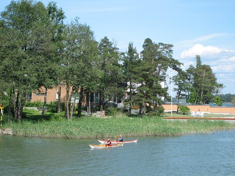 File:KayakingInFrontOfKaskisaari.JPG