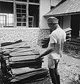 Kendari (Celebes) Opbouw in Oost-Indonesie. Een opperman brengt de houten dakpa, Bestanddeelnr 13284.jpg