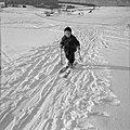 Kind met ski's in de sneeuw, Bestanddeelnr 254-4361.jpg