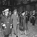 Koningin Juliana en prins Bernhard inspecteren de erewacht, Bestanddeelnr 918-8579.jpg