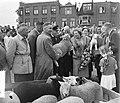 Koninklijk bezoek aan Leiden. Koningin Juliana op de Schapenmarkt, Bestanddeelnr 906-4762.jpg
