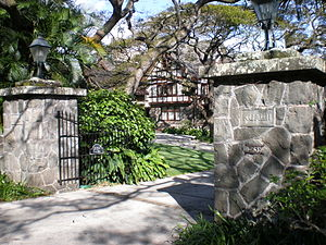 English: Gateposts of Kualii, 2859 Manoa Road,...