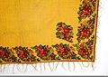 Kvadratiskt halskläde eller mindre schal av starkt gul kypertvävd yllemuslin med tryckt blommönster i kraftigt rött - Nordiska museet - NM.0008645 (2).jpg