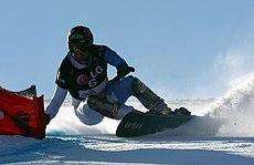 Сноубордист на соревнованиях по слалому