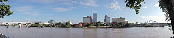 El río Arkansas pasando por Little Rock, Arkansas, visto desde la ribera norte en North Little Rock