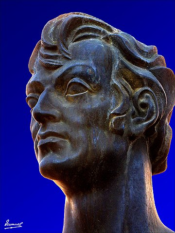 Бронзовый бюст Марциала, установленный в г.Калатаюд, Испания, на Plaza del Fuerte. Обработанная фотография.