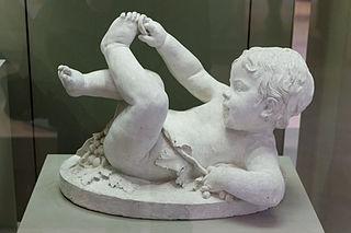 Enfant jouant avec son pied