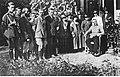 Naczelnik Państwa Józef Piłsudski w otoczeniu osób cywilnych (22-413).jpg