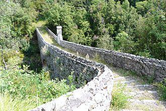 Ne, Liguria - Ancient bridge connecting the burghs of Nascio and Cassagna.
