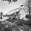 Overzicht voorgevel en linker zijgevel, woudboerderij met rieten dak - Elsloo - 20345939 - RCE.jpg