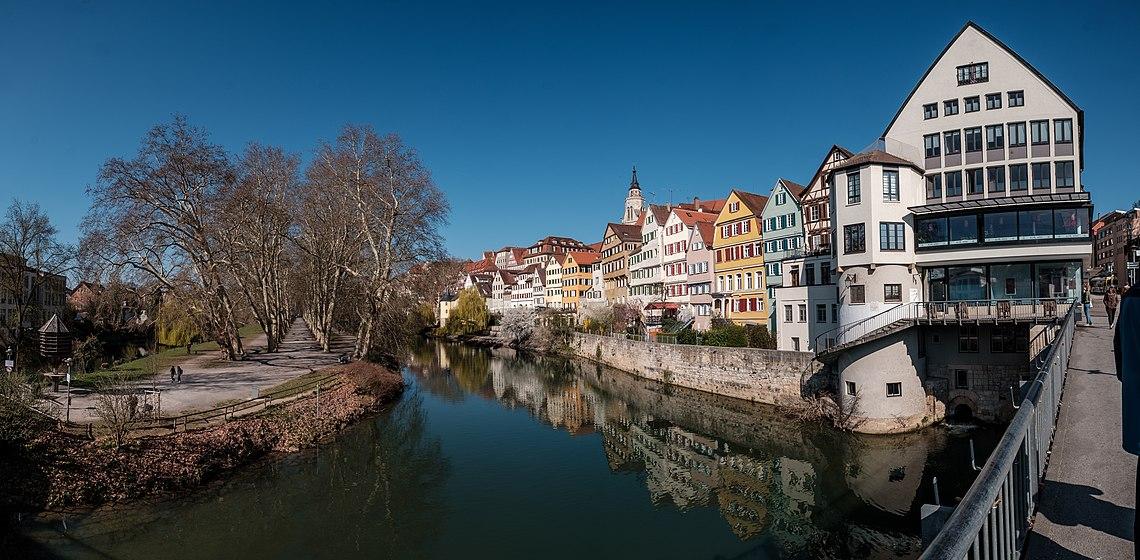 Panorama der Neckarfront in Tübingen mit Neckarinsel 2019.jpg