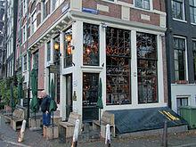 caf papeneiland een typisch amsterdams bruin caf met de naam in het kenmerkende lettertype op de ramen geschilderd