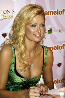 Paris Hilton promuove il suo gioco per cellulare, Jewel Jam, all'E3 Video Game Convention del 2006