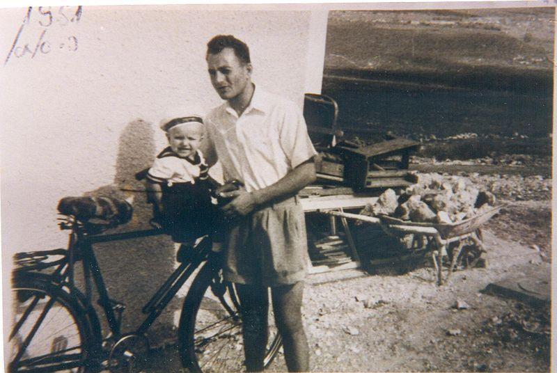 יצחק משיח ובתו בשכונת בולגרים