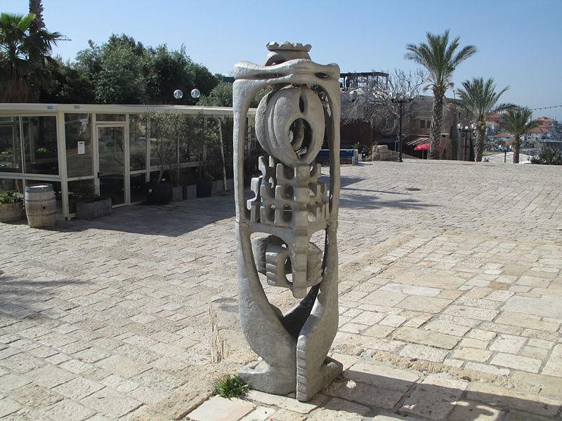 פסל של מתניה אברמסון ביפו העתיקה