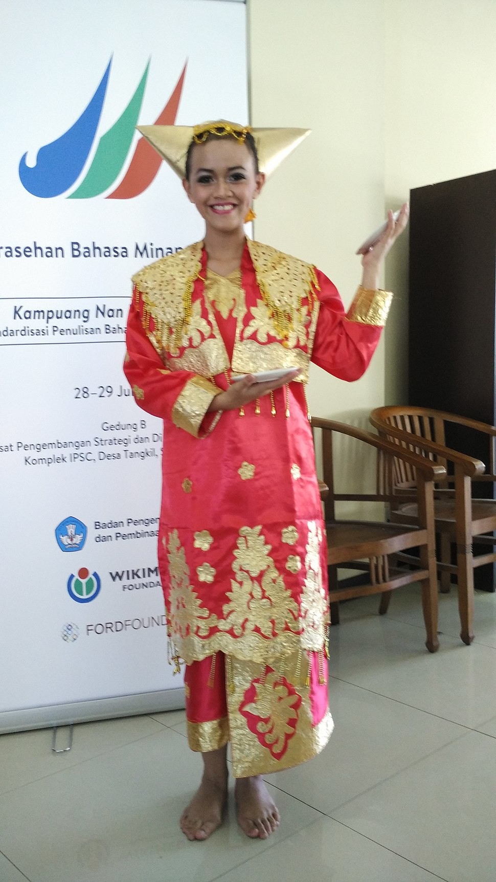 Piring dancer in Sarasehan Minangkabau