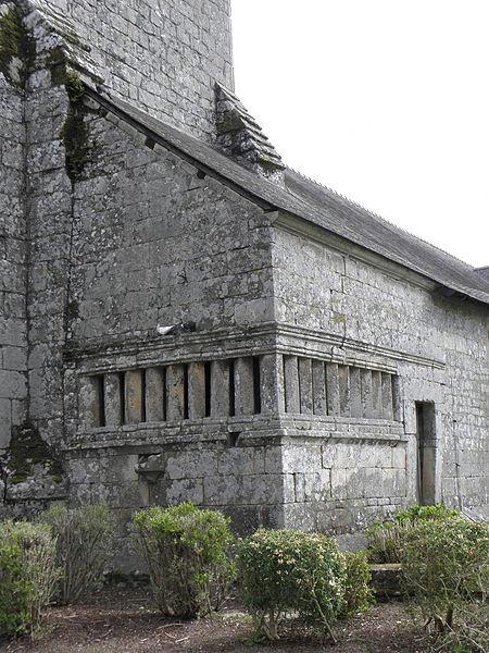 Église Saint-Pierre de Ploërdut (56). Ossuaire d'attache.