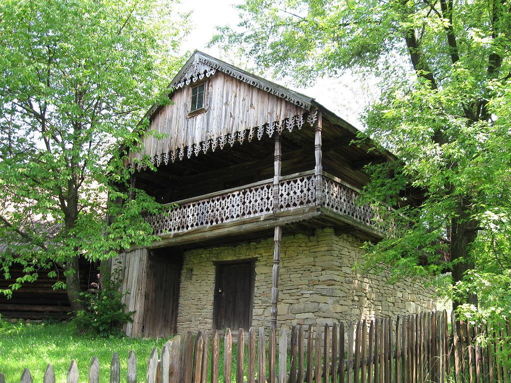 Maison de montagnards sadeckich au Skansen de Nowy Sacz. Photo de Skalee.
